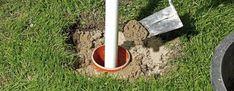 (Foto: Punktfundament für Zaunpfosten betonieren)