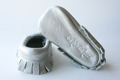 How gorgeous are these Silver Mia's Moccs? Baby Moccasins, Baby Shoes, Pairs, Cute, Silver, Clothes, Fashion, Outfits, Moda