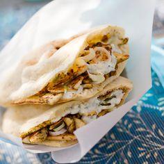 Découvrez la recette Poulet mariné en sandwich frais au pain pita sur cuisineactuelle.fr.