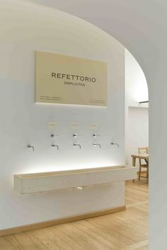 A Milano, un refettorio contemporaneo Bakery Interior, Shop Interior Design, Interior Decorating, Restaurant Bathroom, Restaurant Bar, Wc Public, Restroom Design, Public Bathrooms, Toilet Design