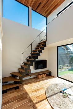 白い漆喰クロスに黒のアイアンが映える階段。自然素材の組み合わせで相乗効果を。 愛知(豊橋・豊川・新城)の注文住宅なら「ハピナイス」。あなたらしさをプラスしたデザイン注文住宅。ライフスタイルに合わせて、暮らしを楽しむオンリーワンの家づくりをいたします。 #階段 #自然素材 #魅力 #漆喰クロス #アイアン #組み合わせ #相乗効果 #デザイン住宅 #デザイン工務店 #注文住宅 Outdoor Kitchen Bars, Japanese Interior Design, Under Stairs, Design Case, Home Reno, Door Design, House Plans, Doors, Architecture
