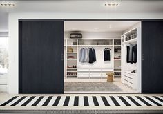 Leter du etter et nytt garderobesystem? System 25 svart eik melamin er et eksklusivt og slitesterkt system fra Drømmekjøkkenet. Bli inspirert hos Drømmekjøkkenet!