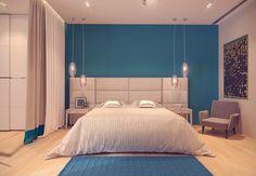 couleur de peinture pour chambre bleu ciel, tête de lit tapissée blanc neige, chaise gris perle, suspension design et parquet contrecollé au sol