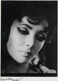 Elizabeth Taylor, She loved men. And diamonds. And we loved her. This morning's death of legend Dame Elizabeth Taylor is being fel. Vintage Hollywood, Hollywood Icons, Hollywood Glamour, Classic Hollywood, Hollywood Divas, Hollywood Heroines, Hollywood Style, Helen Of Troy, Violet Eyes