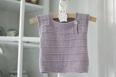 Brug den som vest eller undertrøje – eller som en lille sommertop til babybarnet. Du kan strikke den på et par aftener, så strik bare et par stykker i forskellige farver. Strikkeopskriften er i 3 størrelser. Str. 6-12-18 mdr. DET SKAL DU BRUGE: 2 ngl Hjerte Blend, pinde nr. 3 og 3½ og 1 knap. MÅL: Overvidde: 48-51-56 cm. Længde:…