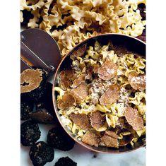Big Mamma truffle pasta recipe: Prepare the truffle cream: melt 20 g butter with 2 tbsp. of truffle oil in a frying pan. Truffle Cream, Black Truffle, Truffle Oil, Truffle Cake, Truffle Butter, Italian Recipe Book, Italian Recipes, Viajes, Ravioli