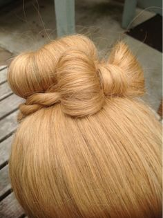 DIY Wedding Hair : DIY Sock bun with a bow learning to do this Work Hairstyles, Pretty Hairstyles, Wedding Hairstyles, Hair Due, Her Hair, Dress Makeup, Hair Makeup, Makeup Salon, Makeup Studio