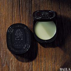 洋服と同様、香りもTPPO上手なのが素敵な先輩の証。職場によっては、ときに自己主張が強すぎてしまう香水よりも、体温と一緒にふわっとやわらかに香り立つ、ボディクリームや練り香水がふさわしいときも。半径50cm以内でふわっと香る、この3つのアイテムを味方につけて。 人気のジョー マロ・・・ Beauty Skin, Hair Beauty, Cool Packaging, Japanese Makeup, Perfume, Flat Lay Photography, Hair Designs, Makeup Cosmetics, Body Care