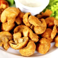 Deep fried mushrooms are a delicious and really tasty side dish, ideal to prepare during the Autumn to accompany meat dishes, or to make a delicious aperitif. Deep Fried Mushrooms, Battered Mushrooms, Stuffed Mushrooms, Stuffed Peppers, Yummy Snacks, Snack Recipes, Yummy Food, Good Food, Healthy Recipes