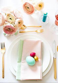 """Happy Eastern! Stephanie Gräfin Bruges von Pfuel verrät uns ihre Tipps rund um den perfekten Osterbrunch. Ostern ist das erste große Fest im Jahr. Der dazugehörige Osterbrunch ist dabei eine schöne Tradition, an dem die ganze Familie zusammen kommt und das Osterfest einleitet. So auch bei Stephanie von Pfuel. """"Ostern ist ein Familienfest, an dem hauptsächlich meine Kinder kommen."""" // Ostern Osterideen Osterdeko Tischdeko Ostertafel #Ostern #Osterdeko Happy Easter, Spring, Inspiration, Pastel Colors, Decorating Ideas, Round Round, Easter Activities, Tips, Happy Easter Day"""