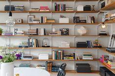 Prachtig interieur met scandinavische accenten. Fantastische boekenwand. Meer wooninspiratie op mijn interieurblog http://www.interieurinspiratie.nl/