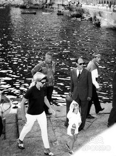 Jacqueline Kennedy and Caroline at Conca Dei Marini, Ravello. She's wearing Jack Rogers!