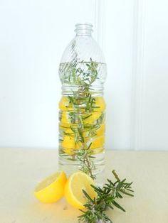 nettoyant ménager: 2 cac de bicarbonate + vinaigre aromatisé (citron + romarin) + eau chaude