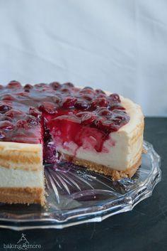 Käsekuchen mit Keks-Macadamia-Boden und Vanille-Kirschen {German Cheesecake with Cookie Macadamia Base and Vanilla Cherries}