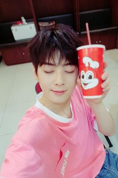 K-pop boy group ASTRO's member/actor Cha Eun-woo shared that he lived in the Philippines when he was in elementary school. Recently, Cha Eun-woo sat down for an Cha Eun Woo, Astro Eunwoo, Cha Eunwoo Astro, Korean Boys Ulzzang, Cute Korean Boys, Astro Wallpaper, Lee Dong Min, Jollibee, Handsome Korean Actors