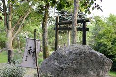 Wa – der heilige Stein der unendlichen Harmonie, dahinter das Tor des fliegenden Kranichs (Shōkaku Mon). | Foto: © hcr, 2014