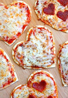 Valentine's Day Heart Pizzas A fun and easy Valentine's Day dinner. Ma… Valentine's Day Heart Pizzas A fun and easy Valentine's Day dinner. Make these Valentine's Day hear pizzas quickly with all your favorite pizza toppings. Valentines Day Dinner, Valentines Day Treats, Valentine Pizza, Valentines Recipes, Kids Valentines, Saint Valentine, Valentine Day Recipes Healthy, Valentine Food Ideas, Healthy Birthday Snacks