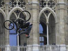 Zaterdag 6 april: Een deelnemer van het Red Bull-evenement Vienna Air King draait een salto in de Oostenrijkse hoofdstad Wenen.