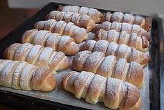 Jemné na povrchu, krémové uvnitř. Vyzkoušejte fantastické croissanty plněné tvarohovým krémem. Jsou jednoduché a druhý den chutnají stejně výborně. Ingredience 1 kg hladké mouky 1 kostku čerstvého droždí 1 bal. vanilkového cukru 120 g krystalového cukru 120 g másla 500 ml mléka 4 žloutky strouhanou citronovou kůru z ½ citronu 1 lžičku soli na náplň: …