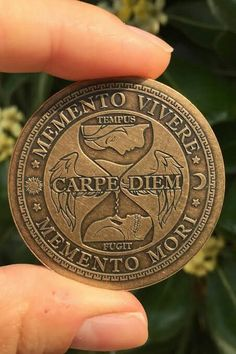 Memento Vivere – Remember to live / Carpe Diem – Seize the day / Memento Mori- Remember you die. Erinnern Tattoo, Body Art Tattoos, Sleeve Tattoos, Tatoos, Tattoo Quotes, Memento Vivere, Memento Mori Coin, Memento Mori Art, Tattoo Carpe Diem