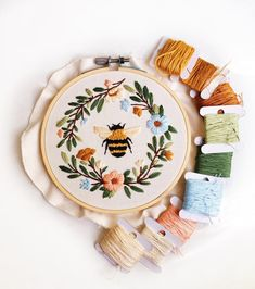 Floral Embroidery Patterns, Simple Embroidery, Hand Embroidery Patterns, Embroidery Hoop Art, Vintage Embroidery, Cross Stitch Embroidery, Beginner Embroidery, Embroidery Stitches Tutorial, Crewel Embroidery