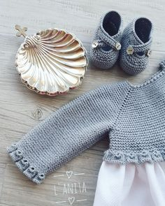 Detalle cuerpo de faldón y sandalias a juego. L'Anita How To Start Knitting, Knitting For Kids, Crochet For Kids, Baby Knitting, Crochet Baby, Knit Crochet, Baby Coat, Cardigan, Baby Boutique