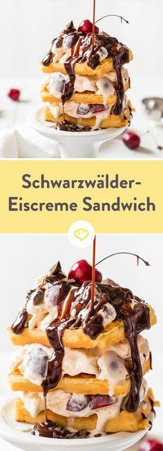 Zu heiß für fette Torte aber trotzdem Lust zu naschen? Dann bau dir doch ein fulminantes Ice Cream Sandwiche à la Schwarzwälder Kirsch!  Leckeres Vanilleeis zwischen fluffigen Waffeln, begossen mit herber Schokoladensauce – für den Schwarzwälder Touch sorgen saftige Kirschen im Eis.