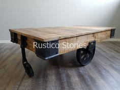 Een mooie industriële houten verrijdbare tafel, past goed in elk interieur. Een zeer geschikte salontafel in de woonkamer, als kledingtafel te gebruiken in je winkel of om een leuk hoekje in de slaapkamer mee te creëren. Een stevige stoere houten tafel met metalen wielen, ook de randen zijn afgewerkt met metaal. 135*70 cm hoogte 45 cm