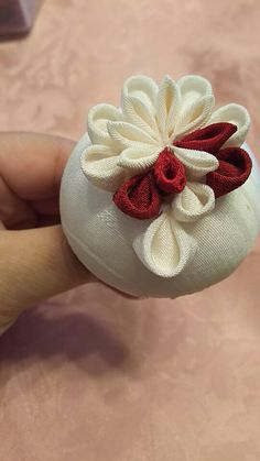 つまみ細工・ミテラの半くすMサイズ(5.5球)の作り方「ミテラのかんざし」では、正絹での「つまみかんざし」の制作方法を紹介しております。初めてのお母様でも「簡…