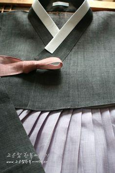멋스런 색감의 모시한복 진한 먹색에 홑으로 만들어 살짝 비춰지는~ 세련되면서도 시원한 모시한복...