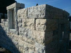 Massive Natursteinmauer aus Römerkalkstein von Naturstein.pro