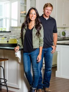 Chip and Joanna Gaines With so many stylish looks, we decided to share HGTV's Fixer Upper host Joanna Gaines' best outfits from the show. Chip Und Joanna Gaines, Joanna Gaines Style, Chip Gaines, Jo Gaines, Fixer Upper Joanna, Fall Outfits, Fashion Outfits, Workwear Fashion, Fashion Blogs