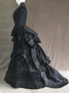 Victorian dress- 1880 mourning dress - Enge Mode Natural Form and Cuirass Body) - Costume Victorian Era Dresses, Victorian Era Fashion, 1880s Fashion, Victorian Costume, Edwardian Dress, Fashion Fashion, 1920s Dress, Victorian Gothic, Steampunk Fashion