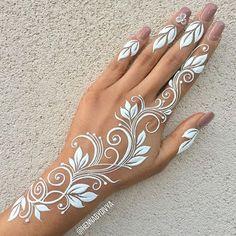 weißes Tattoo auf der Hand