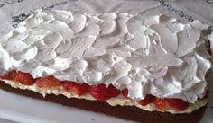 Čokoládový koláč s jahodami, vanilkovým krémem a šlehačkou | NejRecept.cz