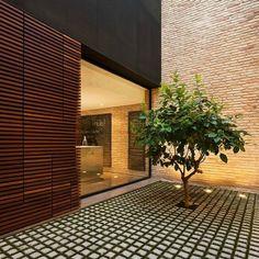 Los arquitectos e interioristas sabemos la importancia que tiene la luz natural a la hora de crear ambientes acogedores y atmósferas apacibles. Cuando nos topamos con una reforma y la vivienda tiene posibilidad de generar un patio en su interior sabemos que el resultado será todo un éxito. Si se trata de un proyecto de