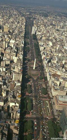 Buenos Aires, Argentina . Vista aerea de la Avenida 9 de Julio . . .