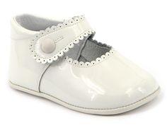 Mercedita para niña de charol beige con piso en piel de Leon shoes.  Ideal para bautizo y ceremonia.