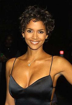 Halle Berry is the one of the best actress that can rock short haircuts easily. we'll present you 20 Best Halle Berry Short Curly Hair that prove that statement Halle Berry Pixie, Halle Berry Style, Halle Berry Hot, Halle Berry Short Hair, Short Pixie, Short Hair Cuts, Short Curls, Curly Pixie, Pixie Hair