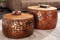 Dizajnový set stolíkov v medenej farbe.