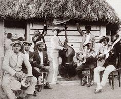SON CUBANO El son cubano es un género musical originario del este de Cuba, región popularmente conocida como región oriental u oriente y que hoy comprende las provincias de Guantánamo, Granma, Holguín y Santiago de Cuba. Clave de son 2-3. El músico y escritor Laureano Fuentes Matons recogió en su libro Las artes en Santiago de Cuba, publicado en 1893, la canción «Son de la Ma Teodora», considerándola como el primer son conocido. Esta canción aparece como escrita en Santiago de Cuba en 1562…