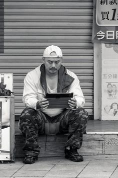 """Man with new technology, Taipei street    Photography by Ivan Schuler """"justoneartist""""  - Canon REBEL XSI - 1/250th - f75,6 - 134mm - ISO 200 - Sigma 18-200mm f3.5-6.3 OS -"""