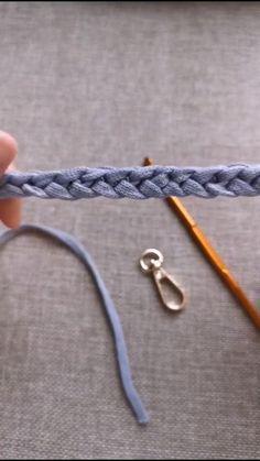 Easy Crochet Stitches, Crochet Bag Tutorials, Crochet Stitches For Beginners, Crochet Cord, Beginner Crochet Projects, Crochet Instructions, Crochet Videos, Crochet Basics, Crochet Crafts