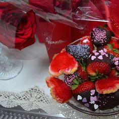 ¿Y vosotras como llevais este #beautyloversday? En el salón nos estamos endulzando con estas fresas con chocolate y corazones de @dolcevitazgz :P Mmmmm ¡Qué poco van a durar! #evapellejero #naturabisse