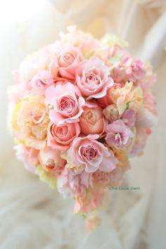 ティアドロップブーケ サーモンピンクの夢色で 如水会館様へ : 一会 ウエディングの花