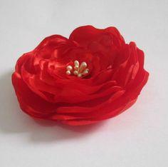 Tic-tac com flor hibiscus de cetim vermelha. tamanho da flor: 9 cm (diâmetro).