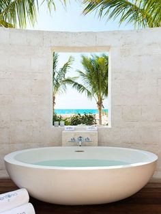 Outdoor tub at vacation home designed by Worth Interiors situated on the Turks and Caicos Islands in the Caribbean. Outdoor Tub, Outdoor Baths, Outdoor Bathrooms, Dream Bathrooms, Beautiful Bathrooms, Outdoor Showers, Home Interior, Interior And Exterior, Interior Architecture