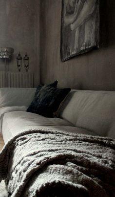 HV: Mijn droomkamer bestaat uit verschillende tinten grijs, met aankleding van houten en gebreide accessoires. Daarnaast mogen een lange tafel en een knisperend haardvuur zeker niet ontbreken!