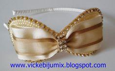 Tiaras super delicadas com laços contornados por strass e meia pérolas. São tiaras super arrumadas que podem ser usadas em qualquer ocasi...