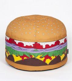 Tendance gourmande et look original pour ce pouf hamburger, qui apportera à votre déco une touche insolite. Réalisé avec un tissu technique ultra résistant,